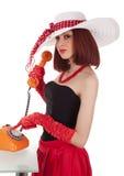 Forme a la muchacha en estilo retro con el teléfono de la vendimia Fotografía de archivo libre de regalías