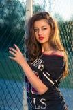 Forme a la muchacha en la puerta del estadio moda de la calle de la muchacha contemporánea de la juventud Fotografía de archivo libre de regalías