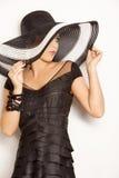 Forme a la muchacha en un sombrero grande en el estudio imágenes de archivo libres de regalías