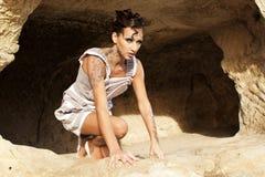 La muchacha en la cueva Foto de archivo
