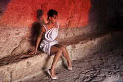 La muchacha en la cueva Fotografía de archivo