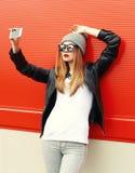 Forme a la muchacha fresca que toma el autorretrato en smartphone adentro Fotos de archivo libres de regalías