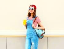 Forme a la muchacha sonriente feliz con una taza de jugo sobre blanco Imagen de archivo libre de regalías