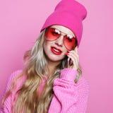 Forme a la muchacha sonriente fresca feliz que habla en smartphone en cl rosado Imagen de archivo libre de regalías