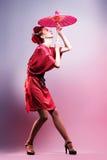 Forme a la mujer asiática que lleva el kimono rojo japonés tradicional. Gei Foto de archivo libre de regalías