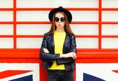 Forme a la mujer bastante joven que lleva la presentación negra del estilo de la roca Fotografía de archivo libre de regalías