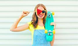 Forme a la mujer bastante sonriente con una rebanada de helado de la sandía Imágenes de archivo libres de regalías
