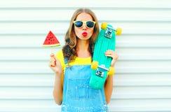 Forme a la mujer bonita con el monopatín del helado de la sandía de la rebanada Fotografía de archivo