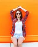 Forme a la mujer bonita en las gafas de sol y la camisa a cuadros Fotos de archivo libres de regalías
