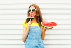 Forme a la mujer bonita que come una rebanada de sandía bajo la forma de helado Fotografía de archivo