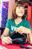 Forme a la mujer con el bolso de lujo del pitón del snakeskin en la tabla de madera en restaurante Isla de Bali Fotografía de archivo