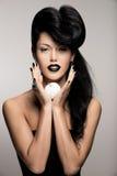 Forme a la mujer con el peinado moderno con la manzana blanca Fotografía de archivo