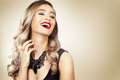 Forme a la mujer con la piel perfecta que lleva maquillaje dramático Imágenes de archivo libres de regalías