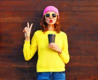 Forme a la mujer con la taza de café en ropa colorida Foto de archivo libre de regalías