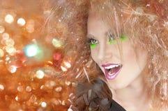 Forme a la mujer de la belleza con maquillaje colorido y el peinado creativo Imágenes de archivo libres de regalías