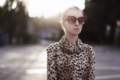 Forme a la mujer del retrato de la forma de vida en gafas de sol y vestido Imagen de archivo libre de regalías