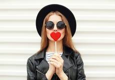 Forme a la mujer dulce que se divierte con la piruleta sobre blanco Fotografía de archivo