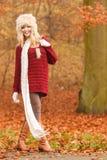 Forme a la mujer en bosque ventoso del parque del otoño de la caída Fotografía de archivo