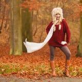 Forme a la mujer en bosque ventoso del parque del otoño de la caída Imagenes de archivo
