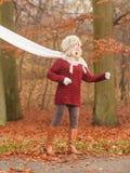 Forme a la mujer en bosque ventoso del parque del otoño de la caída Fotos de archivo