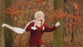 Forme a la mujer en bosque ventoso del parque del otoño de la caída Imagen de archivo
