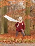 Forme a la mujer en bosque ventoso del parque del otoño de la caída Fotografía de archivo libre de regalías