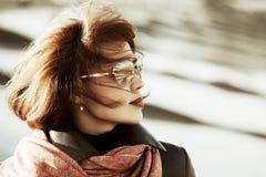 Forme a la mujer en gafas de sol en la calle de la ciudad Imágenes de archivo libres de regalías