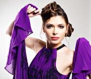 Forme a la mujer en la alineada violeta con el peinado elegante fotografía de archivo
