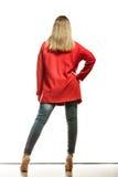 Forme a la mujer en vista posterior roja de la capa del color vivo Foto de archivo libre de regalías