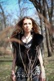 Forme a la mujer joven en el parque de la primavera o del otoño Fotos de archivo