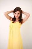 Forme a la mujer joven en el vestido amarillo largo, estudio Fotos de archivo libres de regalías