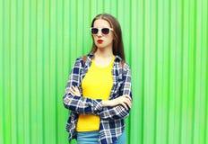 Forme a la mujer joven en ropa casual y gafas de sol de moda Fotos de archivo