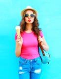 Forme a la mujer joven fresca con helado sobre azul colorido Fotografía de archivo libre de regalías