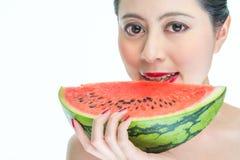 Forme a la mujer que come la sandía los labios rojos, esmalte de uñas, delicioso, ho Fotos de archivo libres de regalías