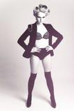 Forme a la mujer que desgasta una pierna de la chaqueta a la cara Fotos de archivo