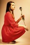 Forme a la mujer que subió la muchacha adolescente en vestido rojo con seco Imágenes de archivo libres de regalías