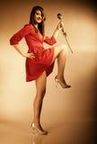 Forme a la mujer que subió la muchacha adolescente en vestido rojo con seco Fotos de archivo libres de regalías