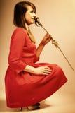 Forme a la mujer que subió la muchacha adolescente en vestido rojo con seco Fotografía de archivo