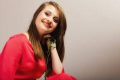 Forme a la mujer que subió la muchacha adolescente en vestido rojo con seco Foto de archivo