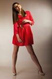 Forme a la mujer que subió la muchacha adolescente en vestido rojo con seco Fotos de archivo