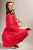 Forme a la mujer que subió la muchacha adolescente en vestido rojo con seco Imagen de archivo