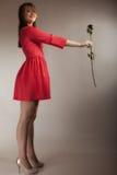 Forme a la mujer que subió la muchacha adolescente en vestido rojo con seco Foto de archivo libre de regalías