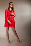 Forme a la mujer que subió la muchacha adolescente en vestido rojo con seco Imagenes de archivo