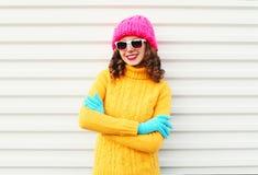 Forme a la mujer sonriente del retrato que lleva el sombrero rosado hecho punto colorido Imagen de archivo libre de regalías