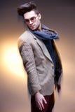 Presentación casual vestida modelo del hombre de la moda dramática Foto de archivo libre de regalías