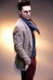 Presentación casual vestida modelo del hombre de la moda dramática Foto de archivo