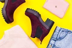 Forme la ropa, las botas y los accesorios del invierno de la mujer en el fondo brillante, endecha del plano Fotos de archivo libres de regalías