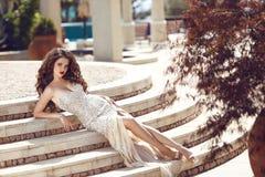 Forme a la señora elegante en el vestido que miente en pasos Br joven hermoso Fotos de archivo libres de regalías