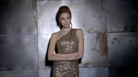 Forme la sesión fotográfica con el fotógrafo y el modelo femenino hermoso