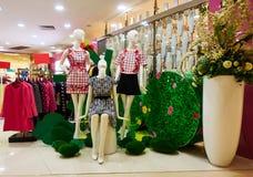 Forme la tienda de ropa del boutique, interior de la tienda de ropa de las mujeres Imagenes de archivo